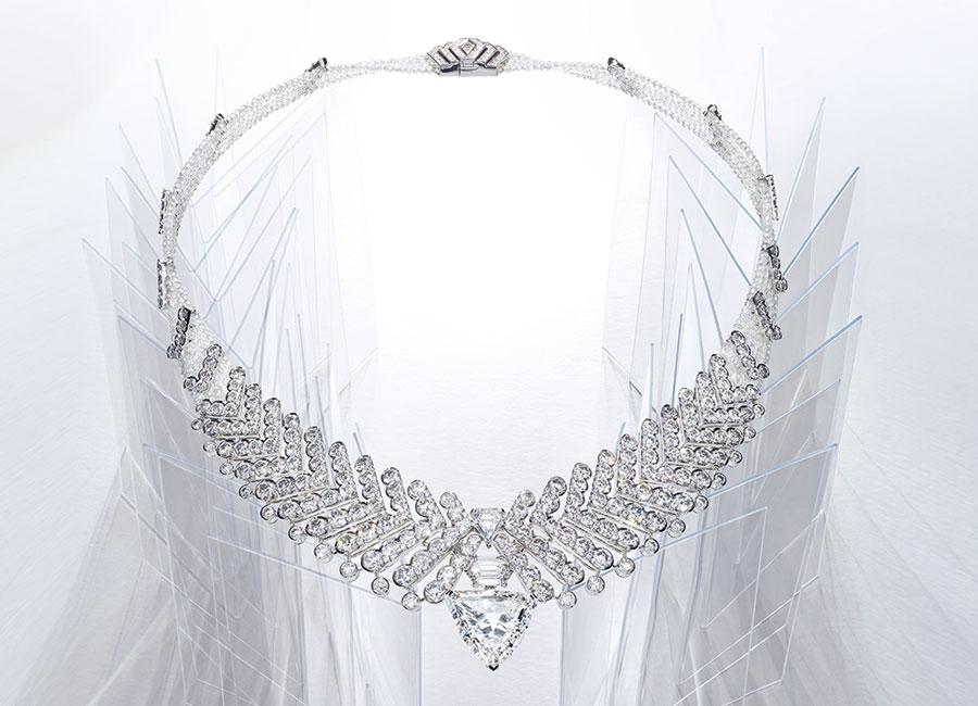 Cartier - Résonances – Collana Rythmic trasformabile: il centro staccabile può essere indossato come spilla. In platino con un diamante forma a scudo di 10,8 cts, diamanti di vari tagli e forma.