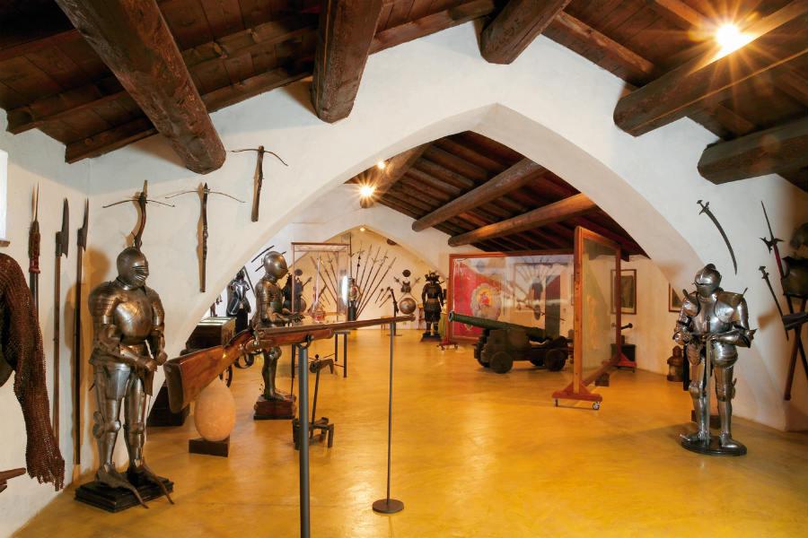 Rivalta- -sala d'armi all'interno del castello