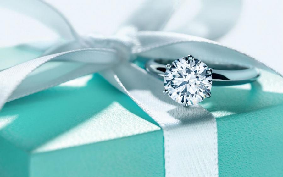 Tiffany & Co. - immagine della classica scatola con fiocco, sulla quale è appoggiato un diamante
