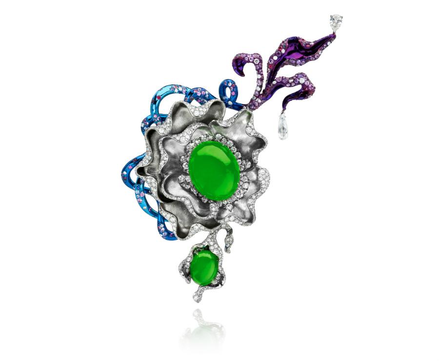 Anna Hu – Elixir of Youth – Spilla in titanio, due giadeiti cabochon ( 42.39 cts), un diamante taglio a pera (0.56 cts), diamante briolette (1.11 cts), rubini, zaffiri blu, zaffiri viola (3.97 cts), zaffiri rosa, brillanti (11.66 cts).