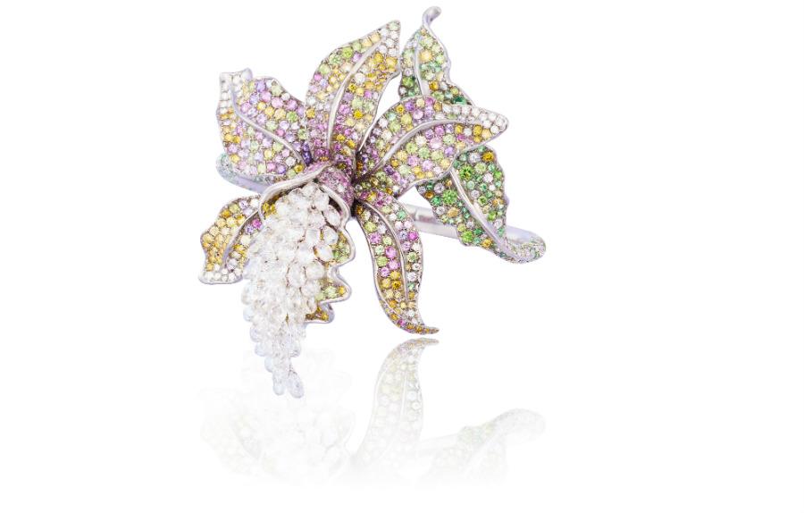 Anna Hu - Enchanted Orchid – Anello trasformabile in spilla e pendente con diamanti briolette (13.36 cts), granati demantoidi (5.15 cts), zaffiri verdi (4.30 cts), zaffiri rosa (2.62 cts), zaffiri viola (1.67 cts), diamanti gialli (4.77 cts), brillanti (4.74).