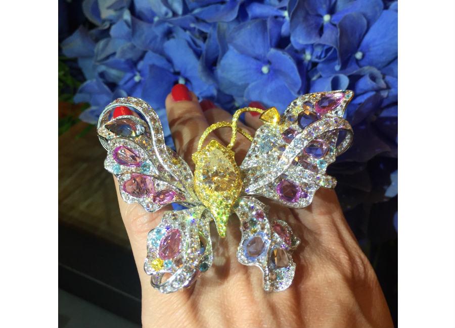 Anna Hu – Flora Butterfly - Anello trasformabile in spilla e pendente con un diamante giallo (5.06 cts), uno zaffiro blu, zaffiri colorati (18.10), tormaline paraiba, zaffiri rosa, zaffiri viola, zaffiri bianchi (2.08 cts), zaffiri gialli, diamanti taglio a rosa (4.13 cts), diamanti gialli (2.74 cts), brillanti (8.63 cts).