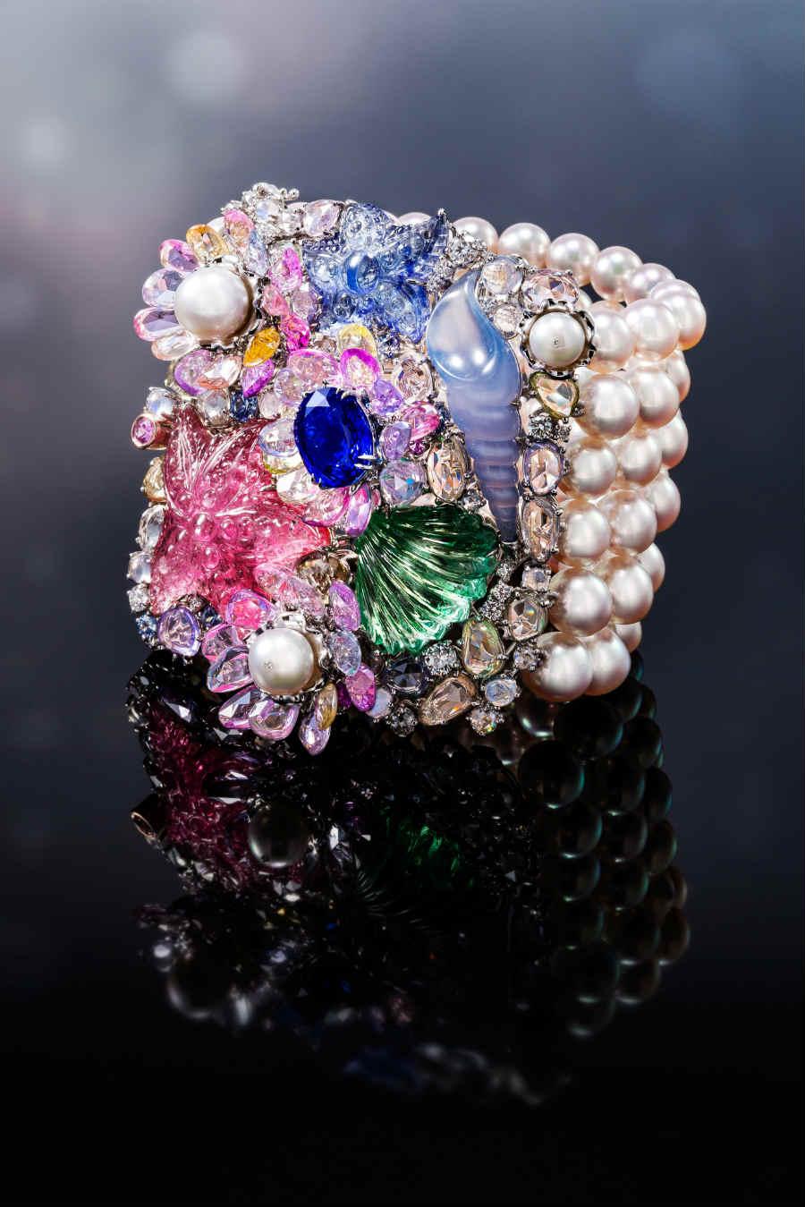 Anna Hu - Siren Aria - Bracciale con zaffiro (4.65 cts), rubellite (23.20 cts), tanzanite (9.26 cts), tormalina verde (16.27 cts), calcedonio (15.54 cts), 3 perle Akoya (circa 9 cts), pietre di luna, zaffiri colorati (39.95 cts), zaffiri blu, zaffiri rosa, diamanti taglio a rosa, brillanti , 84 perle Akoya (7.5 – 8 mm).