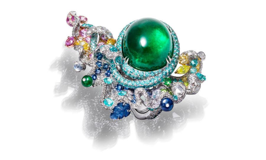 Anna Hu - Siren's Aria - Anello in oro bianco con uno smeraldo di 22.82 cts, pietra di luna, diamanti taglio a rosa, diamanti multicolore, brillanti (6.34 cts), zaffiri rosa, granati, tormaline paraiba (3.81 cts), zaffiri blu, smeraldi, graniti demantoidi.