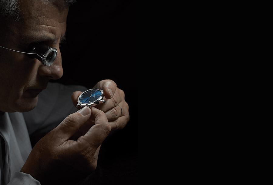 Un maestro orologiaio della manifattura Baume & Mercier intento nella realizzazione di un modello Classima.