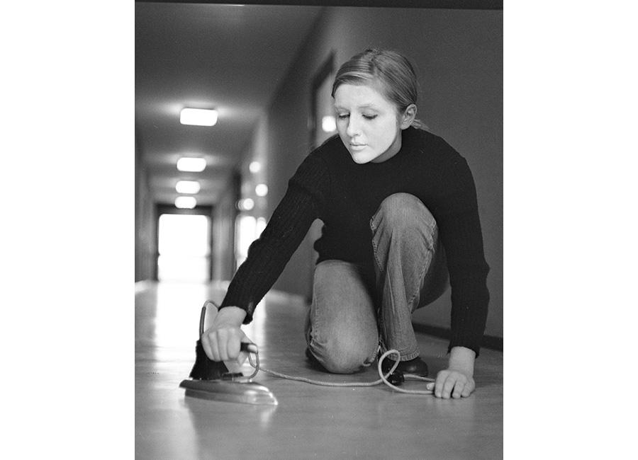 Donna - Fotografia dalla mostra Woman: The Feminist Avant-Garde of the 1970s - Renate EiseneggerHochhaus (Nr.1), 1974 Immagine di Holz kaschiert / b/w photography (from a four-part series) © Renate EiseneggerSAMMLUNG VERBUND, Wien