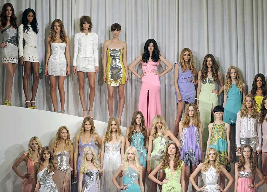 Modelle in posa indossano abiti Versace - Mfw, Settembre 2009 ©PaoloBona