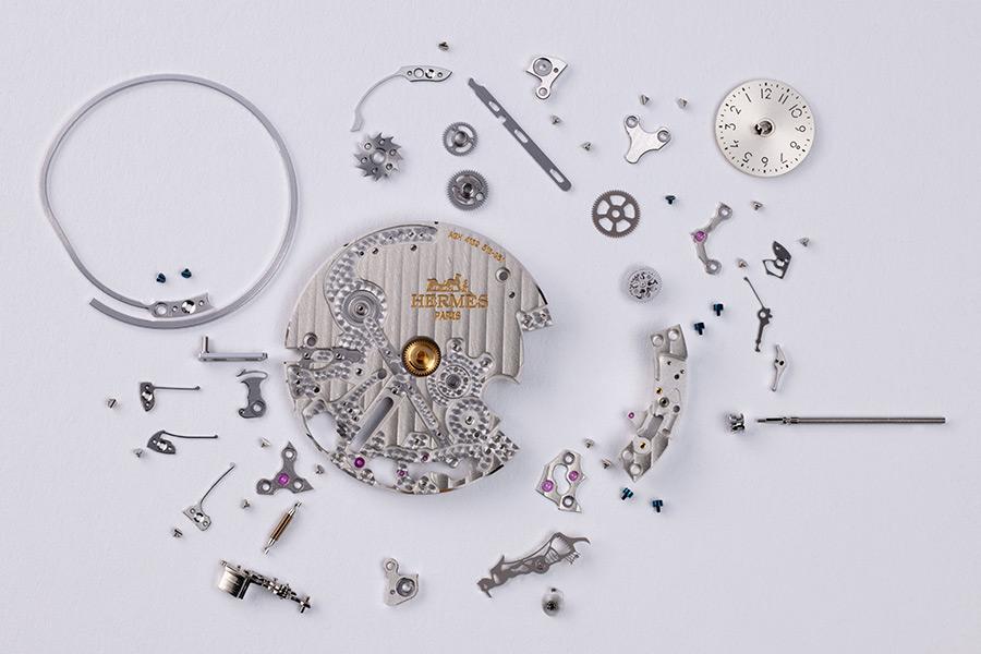 """Hermès l'Heure Impatiente - Il modulo aggiuntivo """"Heure Impatiente"""" ridotto ai minimi termini. Ha un diametro di 31,96 mm, uno spessore di 2,2 mm, 131 componenti e 8 rubini. Ponti e platina sono decorati a motivo Côtes de Genève."""