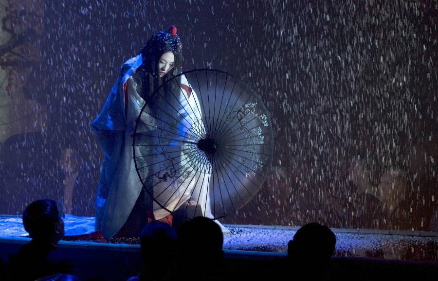 """Attrice in Kimono interpreta a teatro """"Memorie di una Geisha"""""""