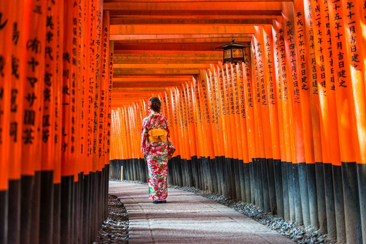 Donna orientale di spalle indossa il Kimono