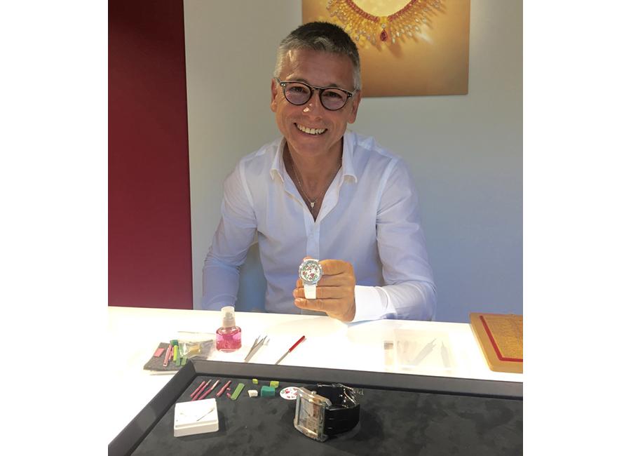 Micro-Mosaico: Il Maestro Cesare Bella durante la nostra intervista mostra l'orologio Paper Flower Piaget