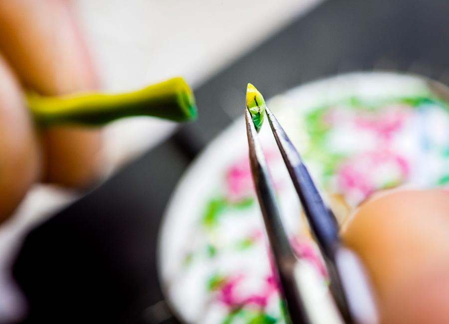 Micro-Mosaico: Le tessere tricolore tagliate e pronte per essere posizionate una ad una sul quadrante e diventare una delle foglie della buganvillea.