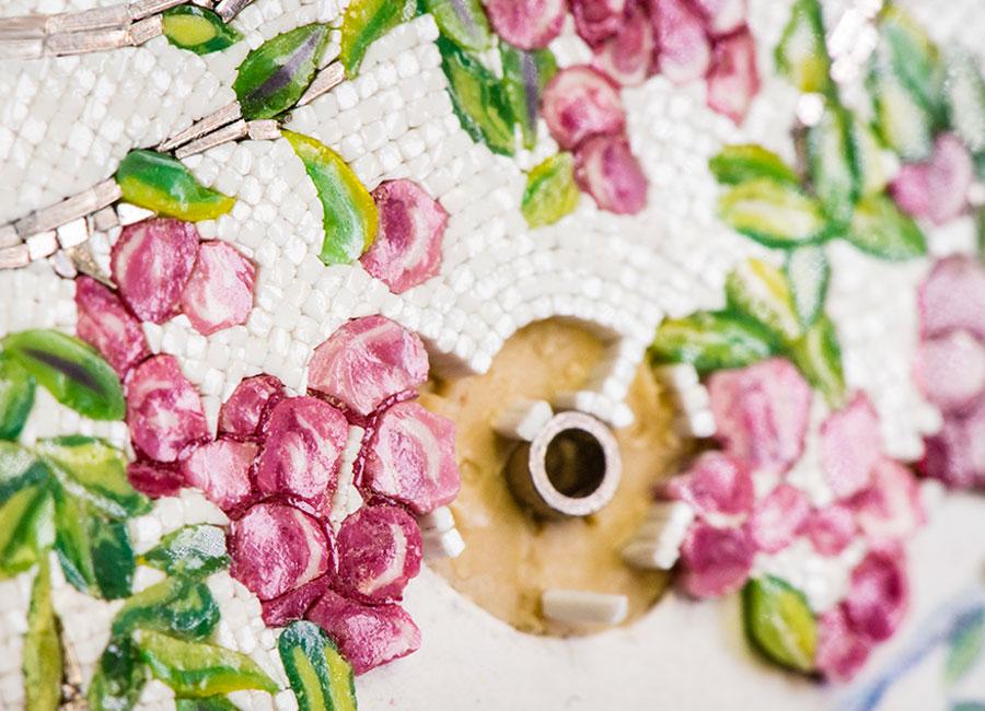 Micro-Mosaico: Nelle foto un dettaglio del quadrante con micro-mosaico in fase di realizzazione ed un confronto tra il disegno originale e i colori del vetro scelti per la creazione.