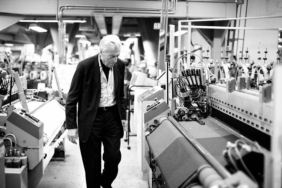 Nino Cerruti all'interno della sua azienda controlla le lavorazioni dei tessuti