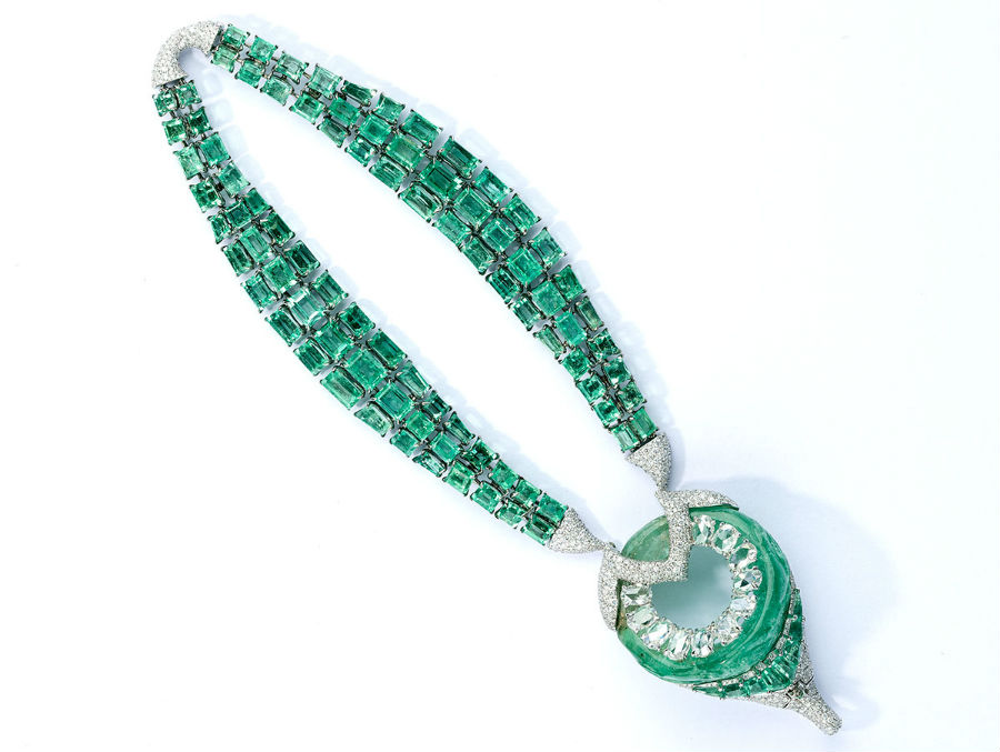 Biennale di Parigi - Glenn Spiro – Alta gioielleria – Archers - Bracciale con 94 smeraldi taglio smeraldo (67.21 cts),diamanti (6.09cts), smeraldo ( provenienza Colombia di 85.45 cts), diamanti taglio ovale.