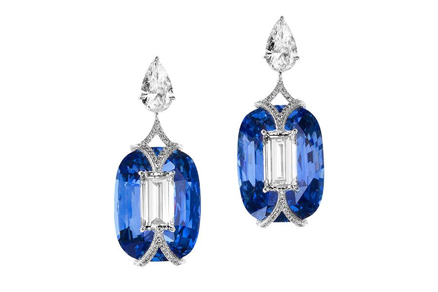 """Biennale di Parigi - Boghossian – alta gioielleria – Orecchini in oro bianco, diamanti baguette ( 4.40 cts, colore H, SI1,) zaffiri cuscino ( circa 54 cts), diamanti taglio a pera (circa 2 cts), brillanti – montatura """"Kissing""""."""