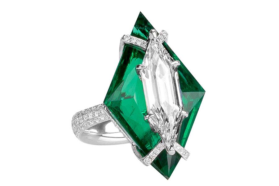 Biennale di Parigi - Boghossian – alta gioielleria – Anello in oro bianco, uno smeraldo (provenienza Zambia, 17.07 cts) taglio a rombo, un diamante taglio esagonale (3.24 cts DVS2), montatura Kissing.