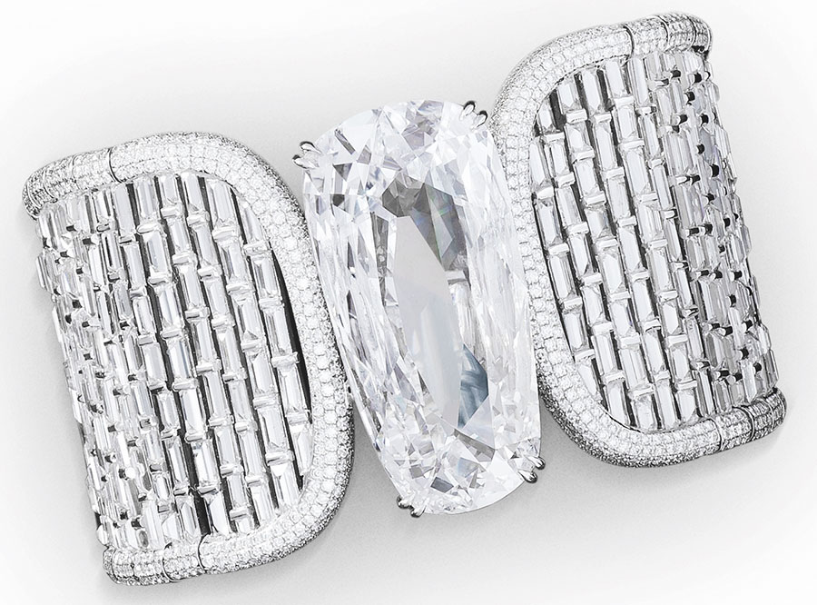 """Biennale di Patigi - Glenn Spiro – Alta gioielleria - Jahanara - Bracciale in oro bianco diamanti taglio baguette e brillanti (36.36 cts), diamante """"D,"""" taglio pera (40,51 cts). Gioiello trasformabile: il diamante centrale può essere indossato come anello."""