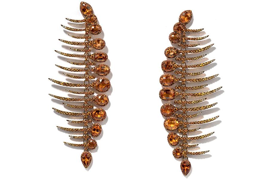 Biennale di Parigi - Glenn Spiro – Alta gioielleria – Fishbone – Orecchini in titanio e oro bianco, granati Spessartite, zaffiri arancione e brillanti.