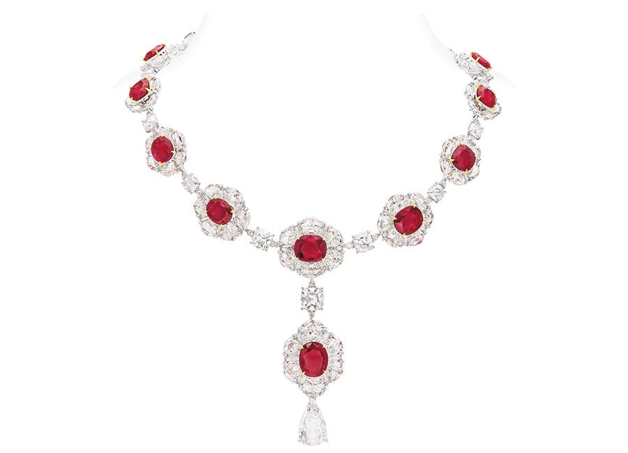 Biennale di Parigi - Nirav Modi – Alta gioielleria – Majestic Mogok Ruby – Oro bianco e oro giallo per la parure che comprende una collana, orecchini e un bracciale per un totale di 71.11 carati di rubini di Mogok, 128.56 cts di diamanti.