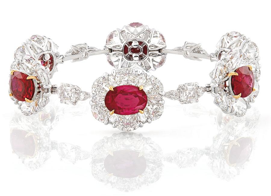 Nirav Modi – Alta gioielleria – Majestic Mogok Ruby – Oro bianco e oro giallo per la parure che comprende una collana, orecchini e un bracciale per un totale di 71.11 carati di rubini di Mogok, 128.56 cts di diamanti.