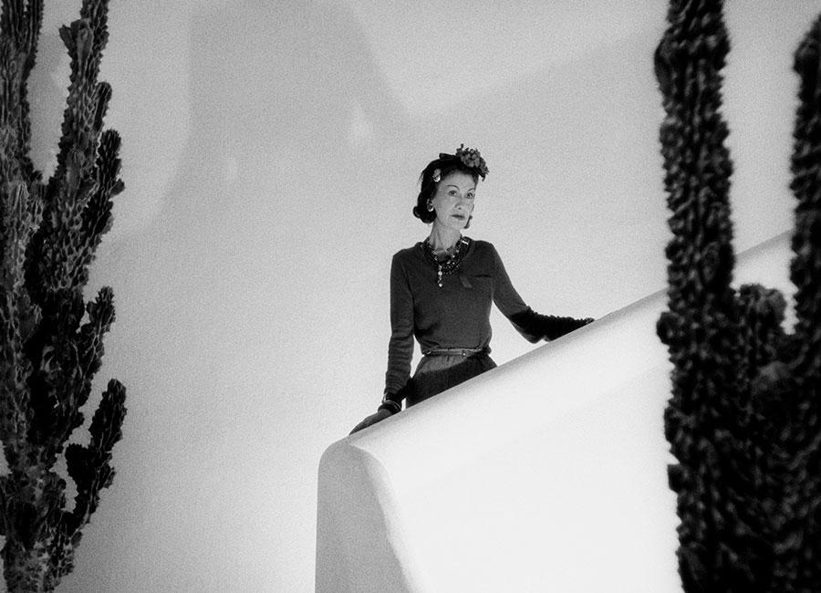 Flying Cloud - Fine Jewelry - Chanel: Gabrielle Chanel sulle scale della villa La Pausa a Roquebrune in 1938 © Photo Roger Schall - Collection Schall