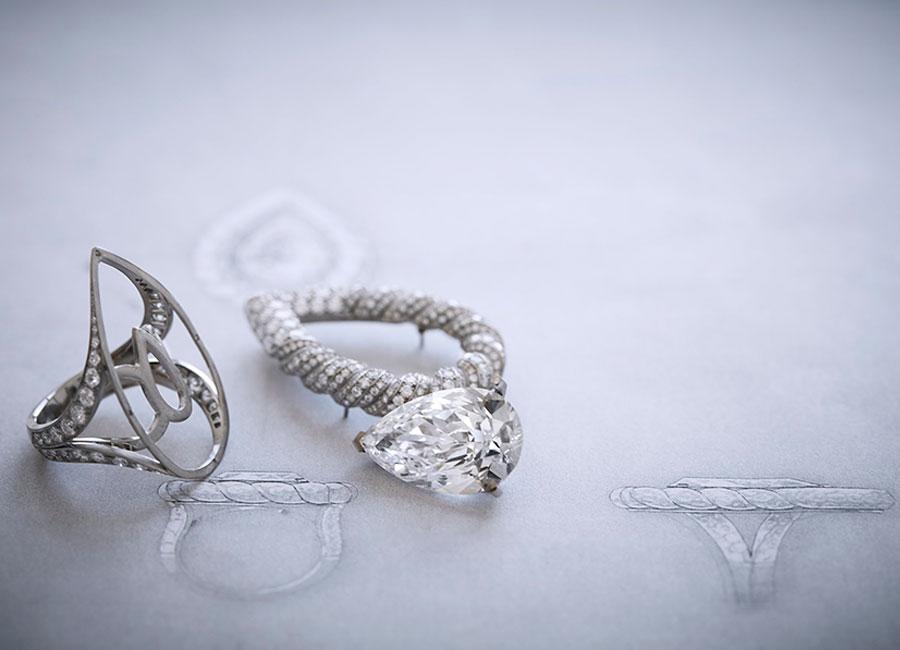 """Flying Cloud - Fine Jewelry - Chanel: Anello Endless Knot"""" - All'interno dell'atelier Chanel al 18 Place Vendôme a Parigi – Posizionamento del diamante centrale ed assemblaggio delle diverse parti dell'anello."""
