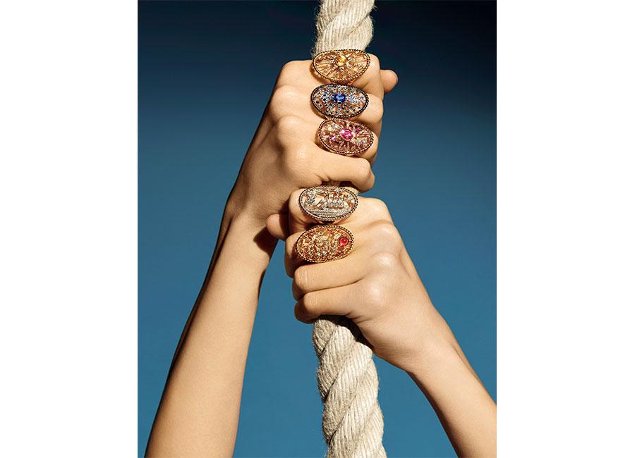 """Flying Cloud - Fine Jewelry - Chanel: Anello """"Sailor Tattoo"""" in oro giallo, uno zaffiro rotondo giallo (1,22 cts) e 54 brillanti. Anello """"Sailor Tattoo"""" in oro bianco, un zaffiro cuscino blu (1,47 cts) e 86 brillanti. Anello """"Sailor Tattoo"""" in oro rosa, un zaffiro rosa ovale (1,36 cts), 2 zaffiri rosa marquise e 77 brillanti. Anello """"Sailor Tattoo"""" in oro bianco, un diamante rotondo (0,50 cts) e 90 brillanti. Anello """"Sailor Tattoo"""" in oro giallo, uno spinello rosso cabochon (1,10 cts), 26 zaffiri arancio e 63 brillanti."""
