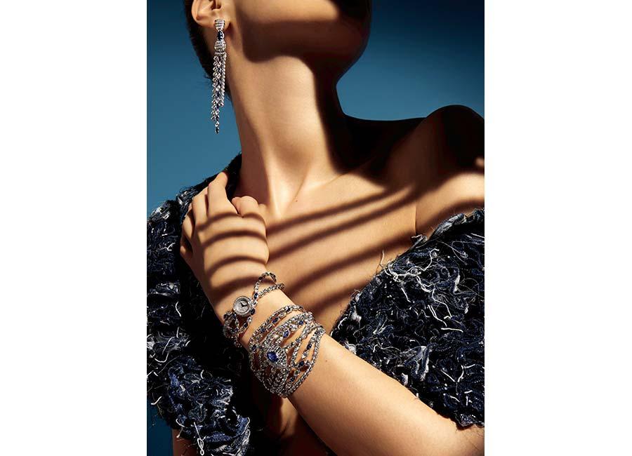 """Flying Cloud - Fine Jewelry - Chanel: Orecchini """"Sapphire Stripes"""" in oro bianco con 2 zaffiri blu taglio pera (2,87 cts), 14 zaffiri blu taglio marquise e 296 brillanti. Orologio """"Sapphire Stripes"""" in oro bianco con 11 zaffiri blu taglio marquise e 248 brillanti. Bracciale """"Sapphire Stripes"""" in oro bianco, con zaffiro blu taglio ovale (4,11 cts), 22 zaffiri blu taglio marquise, 6 diamanti taglio rotondo e 765 brillanti."""