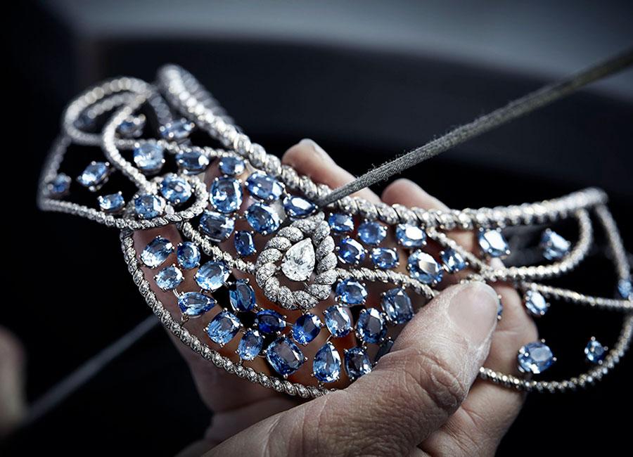"""Flying Cloud - Fine Jewelry - Chanel: Collana Turquoise Waters"""" - All'interno dell'atelier Chanel al 18 Place Vendôme a Parigi , la fase di lucidatura del metallo prima dell'incastonatura."""