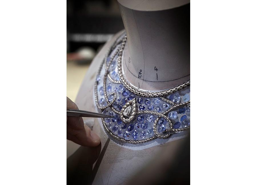 """Flying Cloud - Fine Jewelry - Chanel:Collana Turquoise Waters"""" - All'interno dell'atelier Chanel al 18 Place Vendôme a Parigi – La fase di incastonatura delle gemme."""