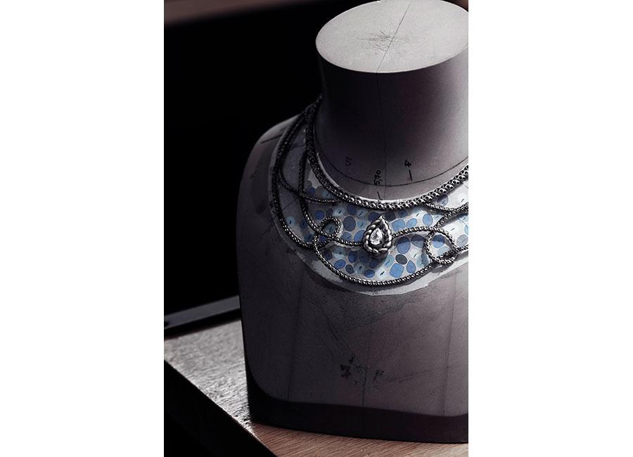 """Flying Cloud - Fine Jewelry - Chanel: CHANEL Fine Jewelry - """"Flying Cloud"""" - Collana Turquoise Waters"""" - Oro bianco con un diamante taglio pera (2,58cts), zaffiri blu taglio cuscino, taglio ovale e taglio rotondo, 1552 brillanti (totale 23,84 cts).All'interno dell'atelier Chanel al 18 Place Vendôme a Parigi il posizionamento della pietra sul disegno."""