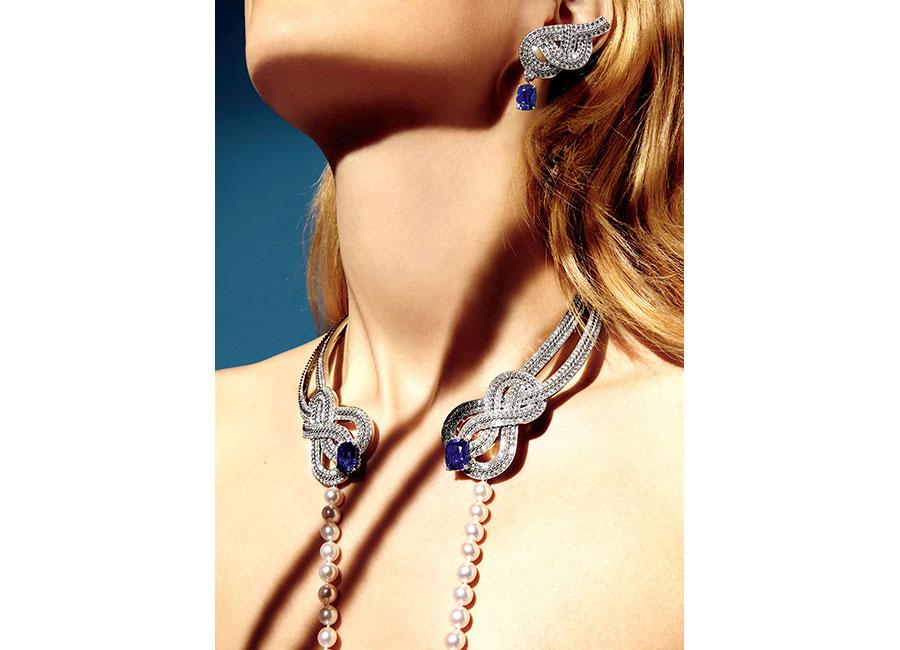 """Flying Cloud - Fine Jewelry - Chanel: Orecchini """"Azurean Braid"""" in oro bianco con 2 zaffiri blu taglio cuscino (13,67 cts) e 176 brillanti. Collana """"Azurean Braid"""" in oro bianco, uno zaffiro blu taglio cuscino (11,19 cts), uno zaffiro blu del Madagascar taglio cuscino (10,46 cts) e 809 brillanti (totale 23, 48 cts), un rango di 60 perle Akoya (removibile)."""
