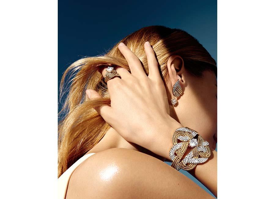 """Flying Cloud - Fine Jewelry - Chanel: Anello """"Golden Braid"""" in oro giallo con un diamante taglio cuscino (3,02 cts) e 67 brillanti. Orecchini """"Golden Braid"""" in oro giallo con 2 diamanti taglio cuscino (totali 4,03 cts) e 130 brillanti. Bracciale """"Golden Braid"""" in oro giallo con un diamante taglio cuscino (4,22 cts) e 273 brillanti."""