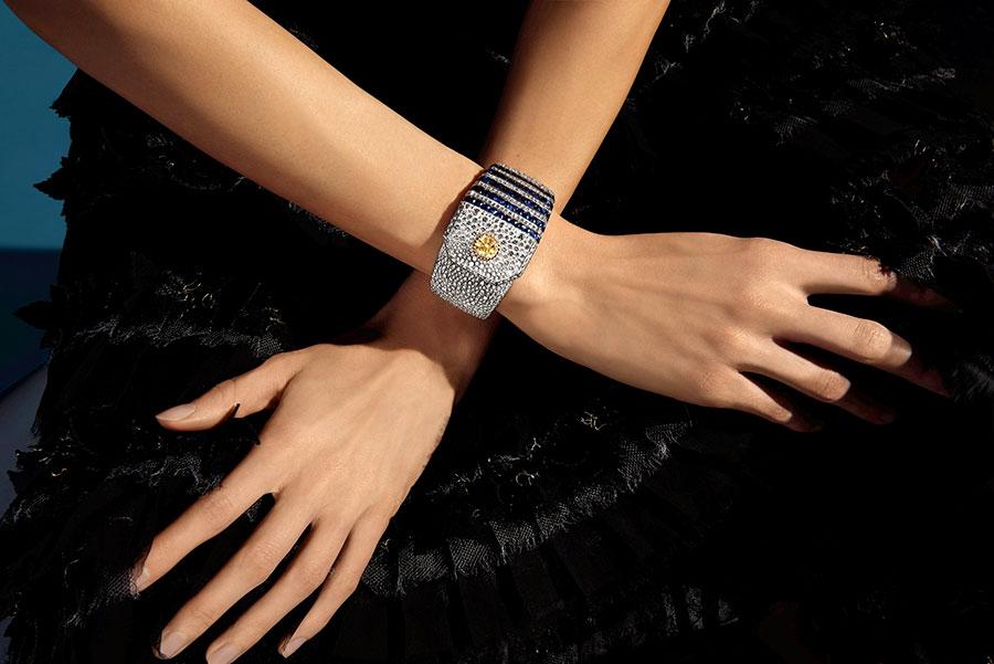 """Flying Cloud - Fine Jewelry - Chanel: Bracciale """"Summer Cruise"""" cuff in oro bianco e giallo, un diamante Fancy Intense Yellow taglio rotondo ( 2 cts), 60 zaffiri blu e 1306 brillanti."""