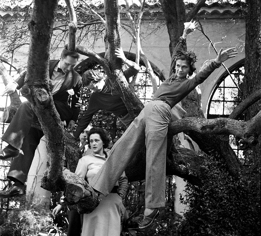 Flying Cloud - Fine Jewelry - Chanel: Gabrielle Chanel nel giardino della villa La Pausa a Roquebrune nel sud della Francia nel 1938 © Photo Roger Schall - Collection Schall