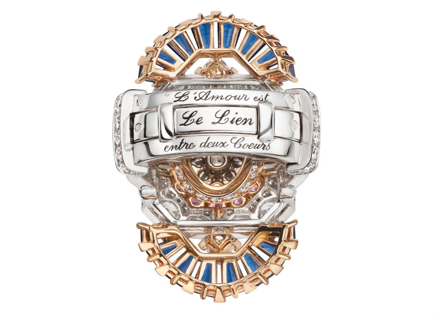 Van Cleef & Arpels - Collezione alta gioielleria Le Secret - Anello Séraphîta trasformabile- Oro bianco, oro rosa, diamanti, zaffiri blu e malva, uno zaffiro taglio smeraldo (16,46 cts). La prima variante dell'anello si propone come un solitario, esaltato da uno zaffiro del Madagascar di 16,46 carati dal caratteristico blu profondo e dal particolare e raffinato taglio smeraldo. La seconda gioca sull'armonia degli zaffiri.