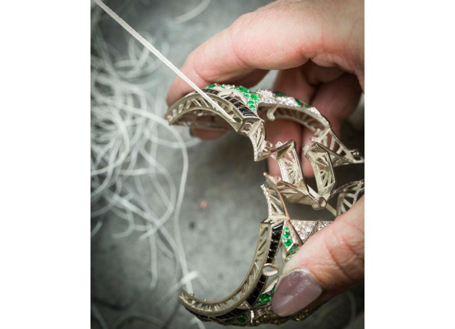 Orologio Papillon Secret - Oro bianco, diamanti, smeraldi, spinelli neri, onice, madreperla bianca, smeraldo taglio smeraldo di 14,57 carati (Colombia), movimento meccanico a carica manuale.