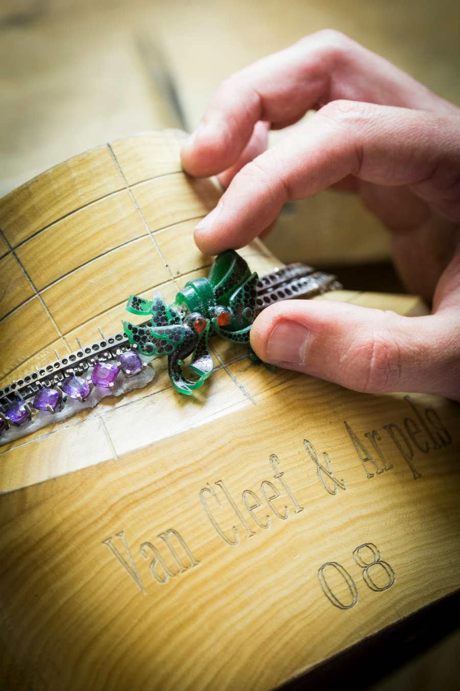 Van Cleef & Arpels - Collezione alta gioielleria Le Secret - Definizione del volume del fermaglio della collana Message Des Hirondelles grazie alla cera. Qui il segreto è celato proprio nel fermaglio a forma di nastro alle cui estremità due rondini una romantica busta in oro rosa.