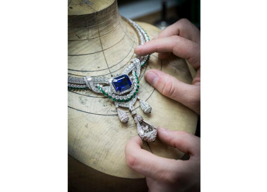 Van Cleef & Arpels - Collezione alta gioielleria Le Secret - Collana Pégase - Oro bianco, diamanti, smeraldi, zaffiri,uno zaffiro taglio smeraldo di 45,10 carati caratterizzato da una cristallizzazione perfetta e da una particolare tonalità di blu tipica dello Sri Lanka. Clip amovibile.