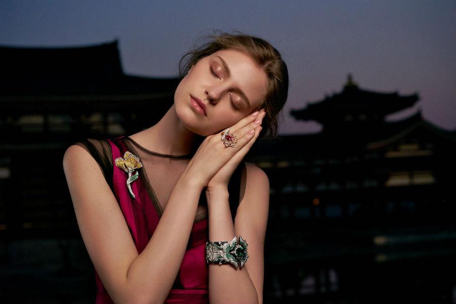Van Cleef & Arpels - Collezione alta gioielleria Le Secret - modella con indosso alcuni gioielli