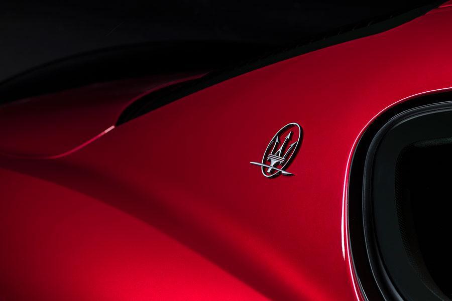 Maserati Granturismo MY2018 - dettaglio logo Maserati