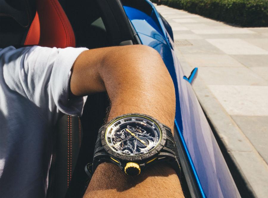 Roger Dubuis – Excalibur Aventador S – uomo alla guida di una Lamborghini indossa l'orologio Roger Dubuis – Excalibur Aventador S