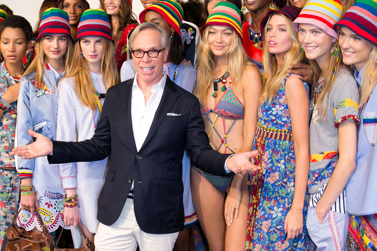 Tommy Hilfiger tra alcune modelle