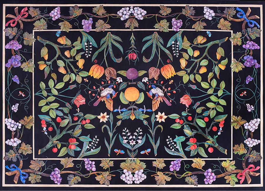Piano di tavolo con tralci d'uva, alberi da frutto, fiori e uccelli intarsiato in scagliola su marmo nero. © Bianco Bianchi