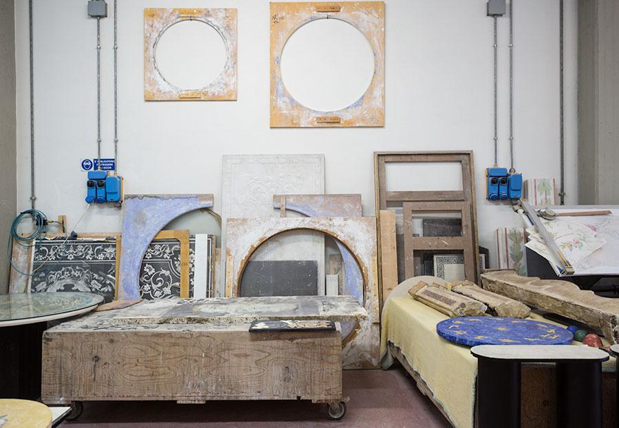 Il laboratorio, il luogo dove prendono vita le opere in scagliola di Bianco Bianchi. © Laila Pozzo, Doppia Firma 2016