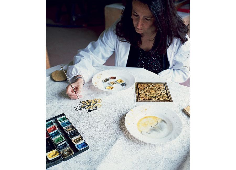 Elisabetta Bianchi compie le prove colore sul cartone per decidere le giuste tonalità per un perfetto effetto finale. © Bianco Bianchi