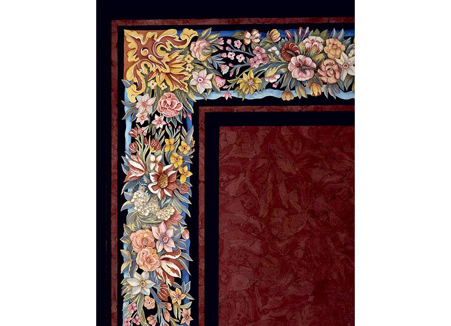 """Particolare del bellissimo piano di tavolo """"Arazzo"""" con una moltitudine di fiori e foglie di diverse specie finemente decorato e conservato in una abitazione privata in Libano. © Bianco Bianchi"""
