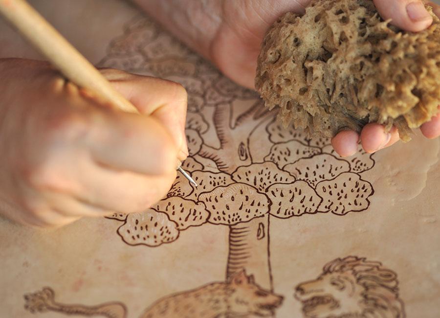Nelle successive incisioni, realizzate con il bulino, si inseriscono le sfumature di colore che poi vengono levigate finemente con l'ausilio di pietra pomice e spugne naturali © Dario Garofalo, Italia su Misura