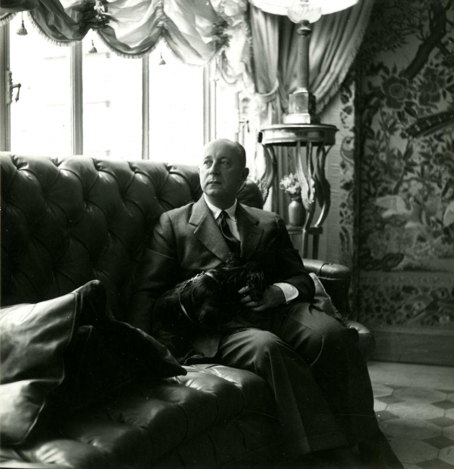 Christian Dior dans son appartement du 7, boulevard Jules-Sandeau à Paris, vers 1950 - © Christian Dior
